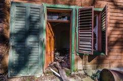 门户开放主义和窗口在森林房子里 库存图片