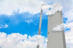 门户开放主义在多云天空 免版税图库摄影