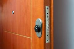 门户开放主义房子 锁的特写镜头一个装甲的门 免版税库存照片