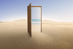 门户开放主义与对海滩的通入从沙漠 免版税库存照片