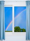 门户开放主义与明媚的阳光照亮的一个绿色草甸 免版税库存图片