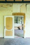 门户开放主义在一个被放弃的房子里 免版税库存图片