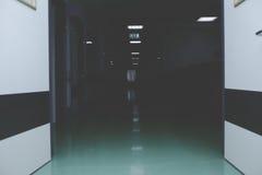 门户开放主义对黑暗的走廊hosptal 库存图片