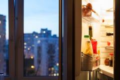 门户开放主义有膳食的冰箱在晚上 免版税库存照片