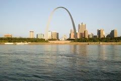 门户曲拱(对西方的门户)白天圣路易斯,日出的密苏里看法和地平线从东部圣路易斯,伊利诺伊 免版税库存照片