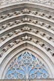 门户的曲拱在巴塞罗那大教堂里 免版税库存图片