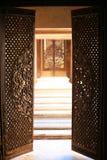门打开进入历史的Paigah坟茔 库存照片