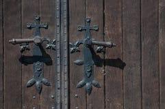 门把和被关闭的老木门 免版税库存图片