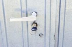 门把手和固定锁,有钥匙的,在铁门 库存图片