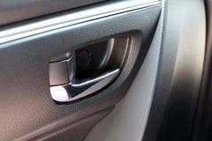 门把手汽车和中央锁,在有中央锁的按钮的车门把柄里面 库存照片