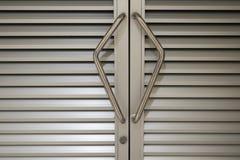 门把手钢门和它钥匙 免版税库存图片
