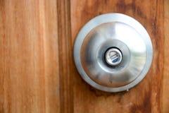 门把银色棍子染黑了美丽的棕色木门 免版税库存照片