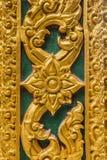 门木雕刻在寺庙墙壁泰国 免版税库存图片