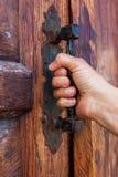 门用在把柄的一只手 免版税图库摄影