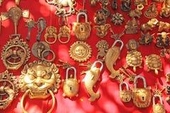 门的原始的锁以鱼的形式 经纪 礼物纪念品印度西藏 库存照片