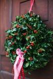 门的圣诞节装饰与一个美丽的传统花圈的 庆祝圣诞节,装饰房子 库存图片