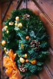 门的圣诞节装饰与一个美丽的传统花圈的 庆祝圣诞节,装饰房子 免版税库存图片