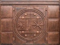 以门的形式铁门在保险柜 免版税库存照片