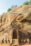 门的游人对锡吉里耶岩石山顶 免版税图库摄影