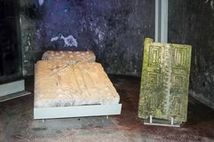门的片段在立场的在赌注的一块大墓地内部她` arim国家公园 Kiriyat Tivon市在以色列 库存图片