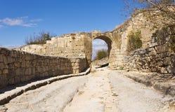 门的遗骸在Chufut无头甘蓝,城市堡垒的防御墙壁的 免版税库存照片