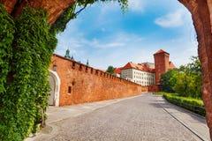 从门的Wawel皇家城堡视图 免版税库存图片