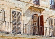 门罗德里戈城,萨拉曼卡大广场的细节和窗口  库存照片