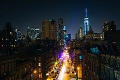 门罗街看法在晚上,从曼哈顿桥梁Walkwa 免版税图库摄影