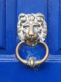 门表面敲门人狮子 库存照片