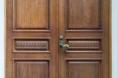 门被做†‹被雕刻的木头†‹与葡萄酒的把柄 库存照片