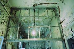 门被破坏的窗口老 免版税库存图片