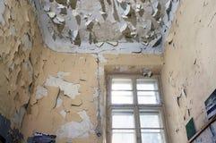 门被破坏的窗口老 免版税图库摄影