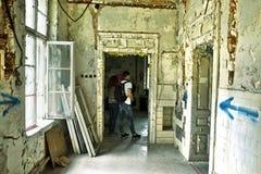 门被破坏的窗口老 免版税库存照片
