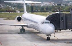 门装载停放的飞机一起 免版税图库摄影