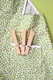 门诺派中的严紧派的围裙晒衣夹 免版税库存图片
