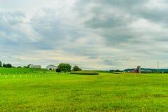 门诺派中的严紧派的国家农厂谷仓领域农业在兰卡斯特, PA 免版税库存照片