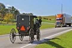 门诺派中的严紧派的儿童车在高速公路见面半 免版税库存图片