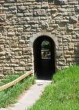 门道入口在桥梁下 免版税库存照片