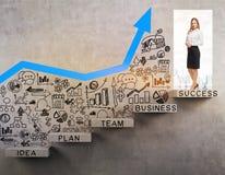 门道入口的白肤金发的妇女与蓝色图表 免版税图库摄影