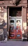门都市与老房子的街道画和街道艺术 免版税图库摄影