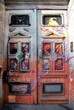 门都市与老房子的街道画和街道艺术 免版税库存图片