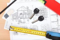 门钥匙、建造计划和工具 免版税库存照片