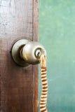 门钥匙垂悬 免版税库存照片