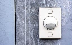 门铃在墙壁上的圆环按钮 库存照片