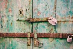 门锁定了 在一个困厄的木门的闭合的老生锈的挂锁 库存照片