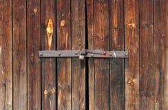 门锁着的老挂锁生锈木 免版税库存照片