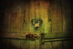门锁着神秘木 免版税库存照片