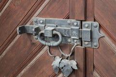 门锁-与敲门人的哎呀 免版税库存照片