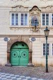 门面历史的房子在布拉格的中心有煤气灯的 免版税库存图片