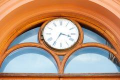 门面古老时钟在老镇 里加,拉脱维亚,波罗的海国家 库存照片